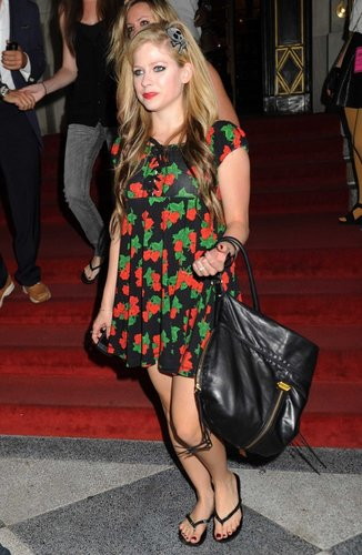 Avril lavigne Wears Floral Dress at the Betsy Russell fashion montrer NYC!