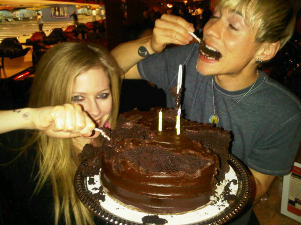 http://images2.fanpop.com/image/photos/13300000/Evan-s-27th-Birthday-Party-avril-lavigne-13396249-600-450.jpg