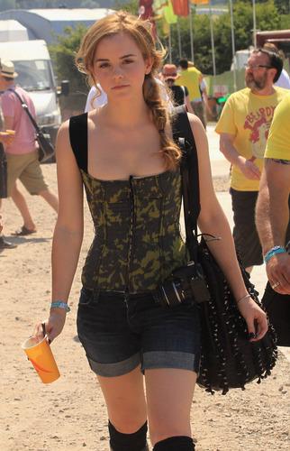 Emma Watson achtergrond titled emma watson Glastonbury 2010