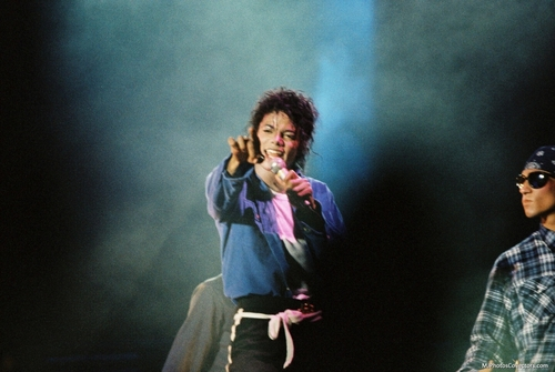 Bad Tour - The Way toi Make Me Feel