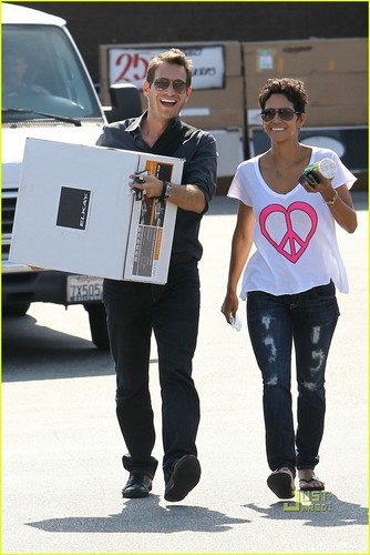 Halle Berry: Everything But The cocina Sink