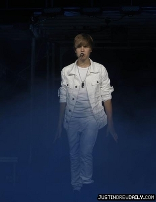 Home > Tours > My World Tour (2010) > June 2010 > Marcus Amphitheater- Milwaukee Summer Fest, Milwau
