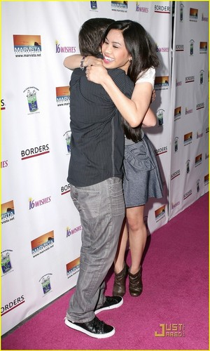Ashley Argota & Nathan Kress: Harmony Hugs!