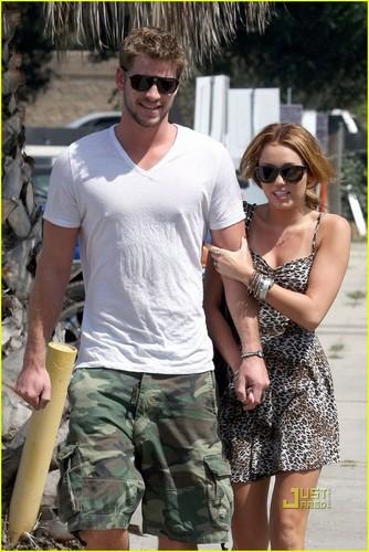 Miley Cyrus: Breakfast 日期 with Liam Hemsworth