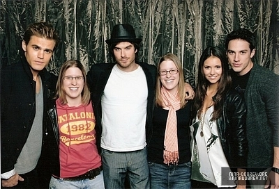 http://images2.fanpop.com/image/photos/13500000/TVD-cast-and-fans-the-vampire-diaries-tv-show-13592400-400-272.jpg
