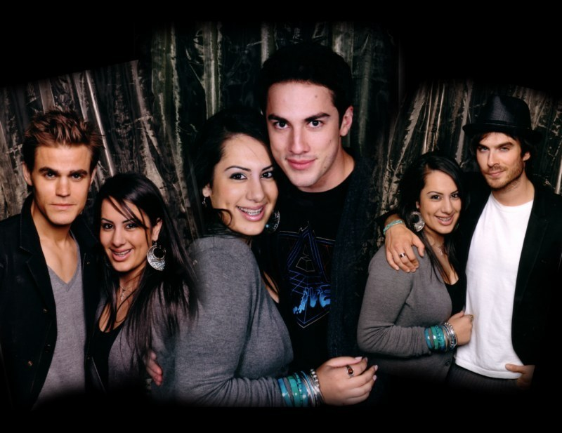 http://images2.fanpop.com/image/photos/13500000/TVD-cast-and-fans-the-vampire-diaries-tv-show-13592452-800-617.jpg