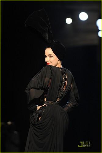 Dita Von Teese: Haute Couture For Jean-Paul Gaultier впп, взлетно-посадочная полоса