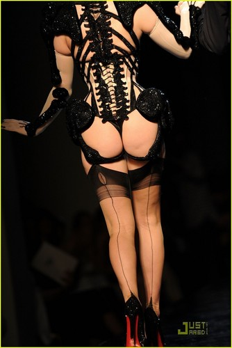 Dita Von Teese: Haute Couture For Jean-Paul Gaultier patakbuhan