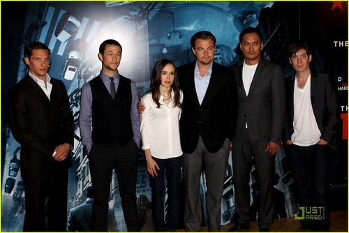 http://images2.fanpop.com/image/photos/13600000/Leonardo-DiCaprio-Ellen-Page-Invade-Dreams-in-London-ellen-page-13665787-500-334.jpg