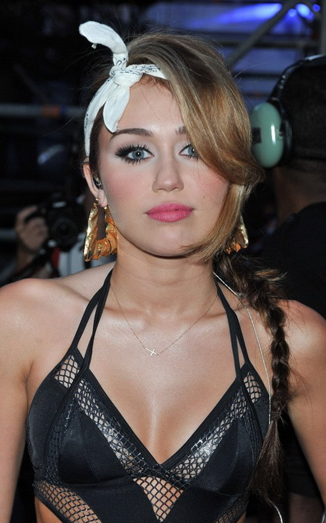 MILEY CYRUS: SEXY HOSTESS IN TORONTO