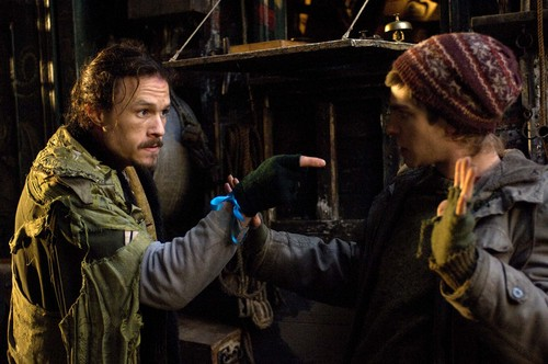 "Andrew Garfield karatasi la kupamba ukuta entitled Andrew Garfield - ""The Imaginarium of Doctor Parnassus"" Movie Stills"