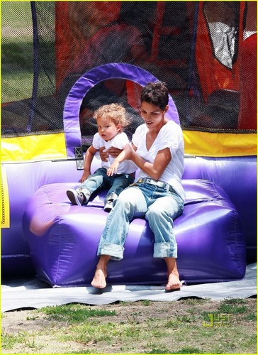 Halle Berry & Nahla: Pinwheels and Popsicles!