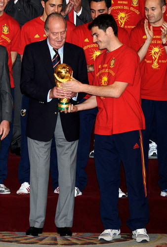 FIFA World Cup South Africa 2010 Обои called Spanish King Meets FIFA 2010 World Cup Winning Team