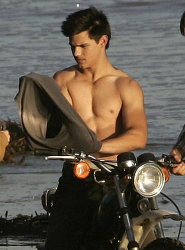 TAYLOR LAUTNER ON THE BEACH-HOTTY!!!