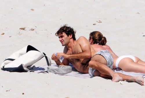 federer пляж, пляжный wife