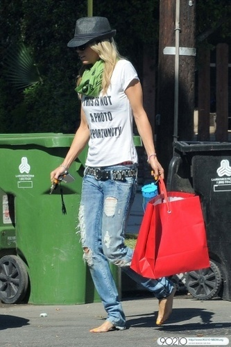 2010-07-15 AnnaLynne McCord strode barefoot out of her boyfriend's ホーム in LA
