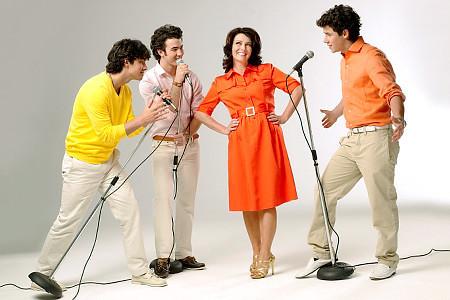 Jonas Brothers with mum..love this