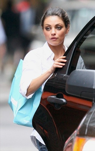 "Mila Kunis Hintergrund titled Mila on set ""Friends with Benefits"""