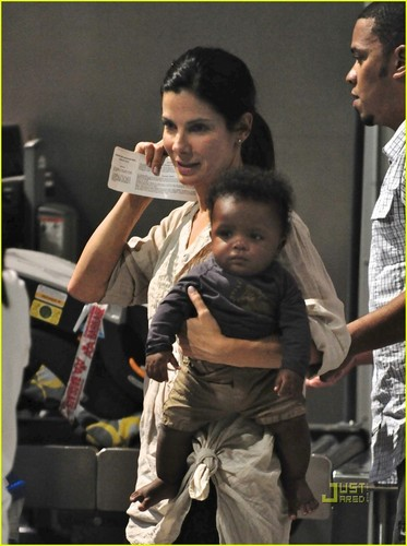 Sandra Bullock: Flight to L.A. with Louis!
