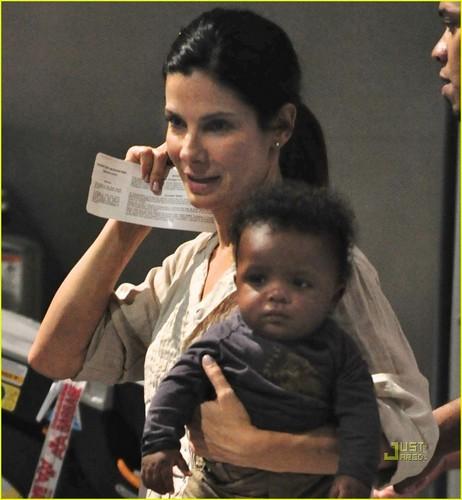 Sandra Bullock: Flight to L.A. with Louis!