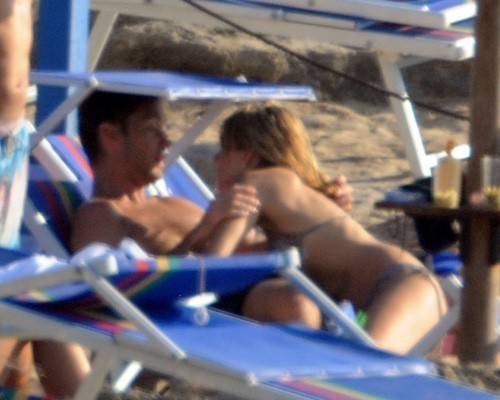 Celebrity Couples wallpaper entitled Sienna Miller and Jude Law on holiday in Ponza (July 15)