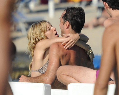 Celebrity Couples দেওয়ালপত্র called Sienna Miller and Jude Law on holiday in Ponza (July 15)