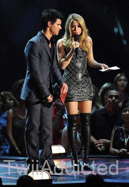Taylor and শাকিরা VMA