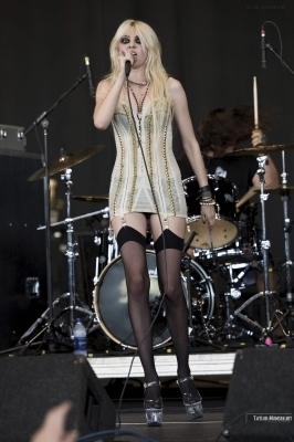 The Pretty Reckless - Vans Wrapped Tour 2010 - Hartford, CT
