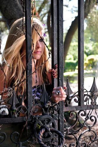 Avril Lavigne - Making Of Forbidden Rose