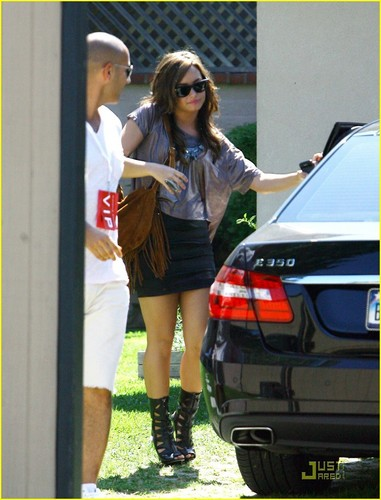Demi Lovato arriving at the Glendale Galleria (July 17).