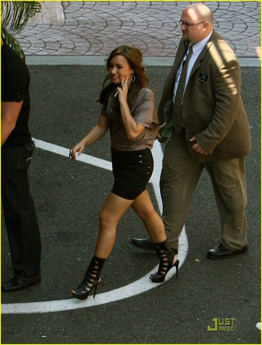 डेमी लोवाटो वॉलपेपर called Demi Lovato arriving at the Glendale Galleria (July 17).