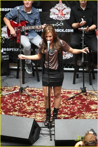 Demi ´Shop Til Ты Rock´ -Glendale Galleria- performance
