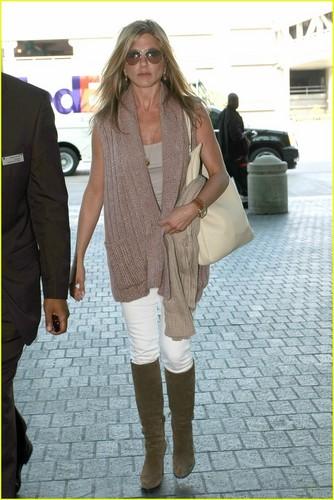 Jennifer Aniston Heads to Harrod's
