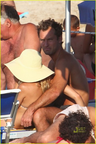 Jude Law & Sienna Miller Bask On The plage