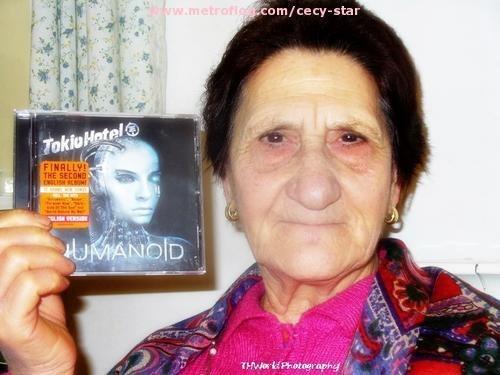 La Abuelita con el CD de Tokio Hotel jajajajajaj