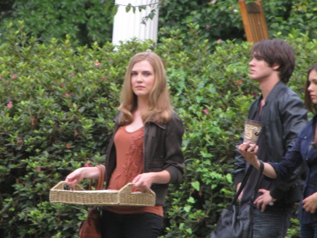 http://images2.fanpop.com/image/photos/13900000/TVD-On-Set-Season-2-the-vampire-diaries-tv-show-13906140-640-480.jpg
