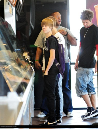 Justin bieber goes to the boston market with some 프렌즈