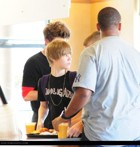 Justin bieber goes to the boston market with some फ्रेंड्स