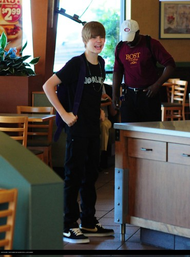 Justin bieber goes to the boston market with some mga kaibigan