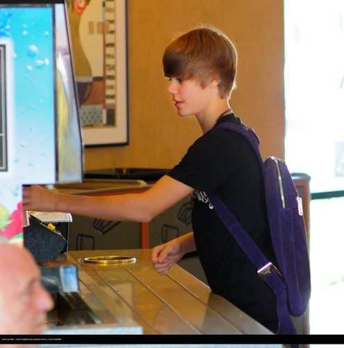 Justin Bieber wallpaper titled Justin bieber goes to the boston market with some friends