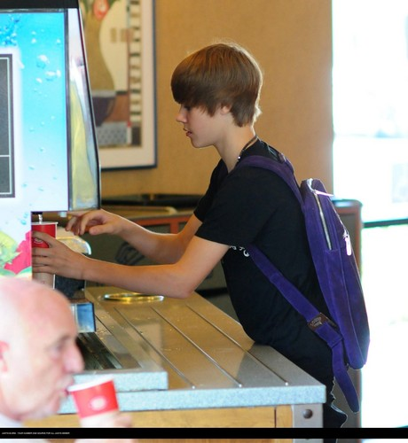 Justin bieber goes to the boston market with some دوستوں