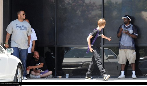 Justin Bieber Hintergrund called Justin bieber goes to the boston market with some Friends