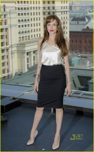 Angelina Jolie: Russia 'Salt' 写真 Call!