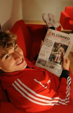 Fernando de leer un artículo acerca de sí mismo