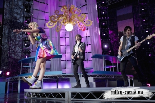 Hannah Montana performing It's All Right Here in the third season show, concerto