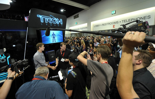 Hedlund @ Comic-Con 2010 - Tron Legacy Booth