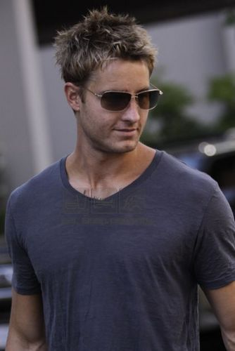 Justin Hartley Hintergrund titled Justin <33