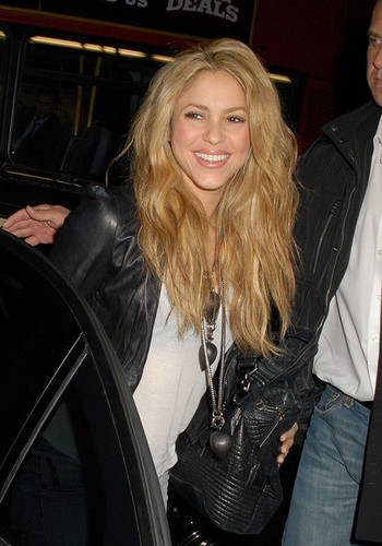 Shakira Returns to her London Hotel