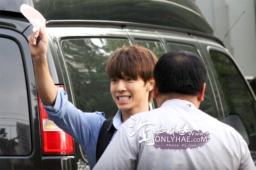 donghae leaving SBS Inkigayo