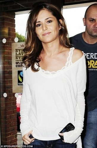 Cheryl Cole at 스타벅스 in Surrey (July 28)